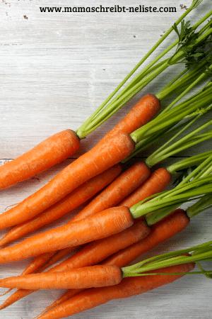 2 mittelgroße Karotten, 1 Eigelb und 1 Esslöffel Kartoffelstärke. Alles Kleinreiben, vermengen.
